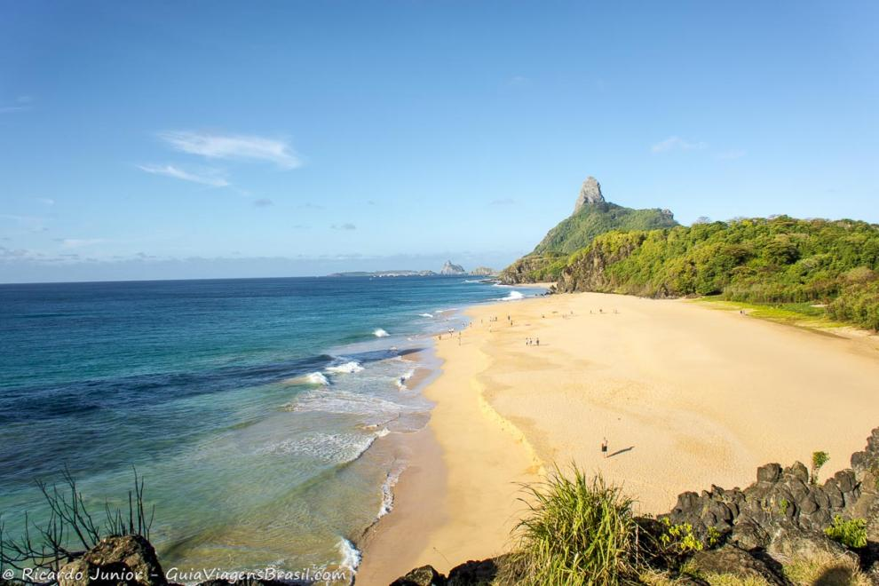 imagem-da-faixa-de-areia-e-do-mar-azul-turquesa-fernando-de-noronha-pernambuco