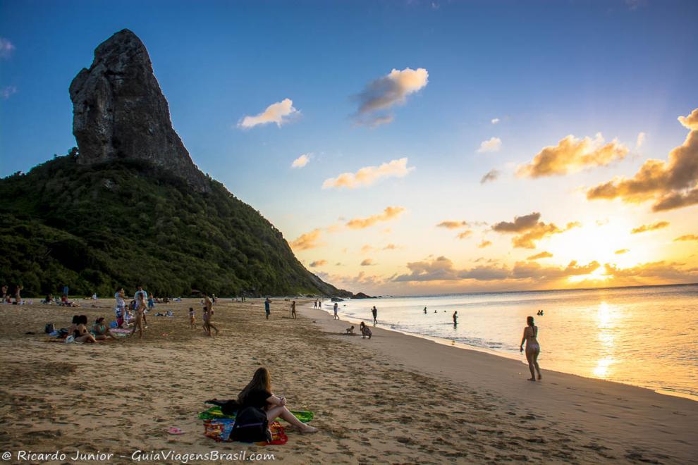 imagem-de-varias-pessoas-nas-areias-da-praia-da-conceicao-para-curtir-o-por-do-sol-pernambuco