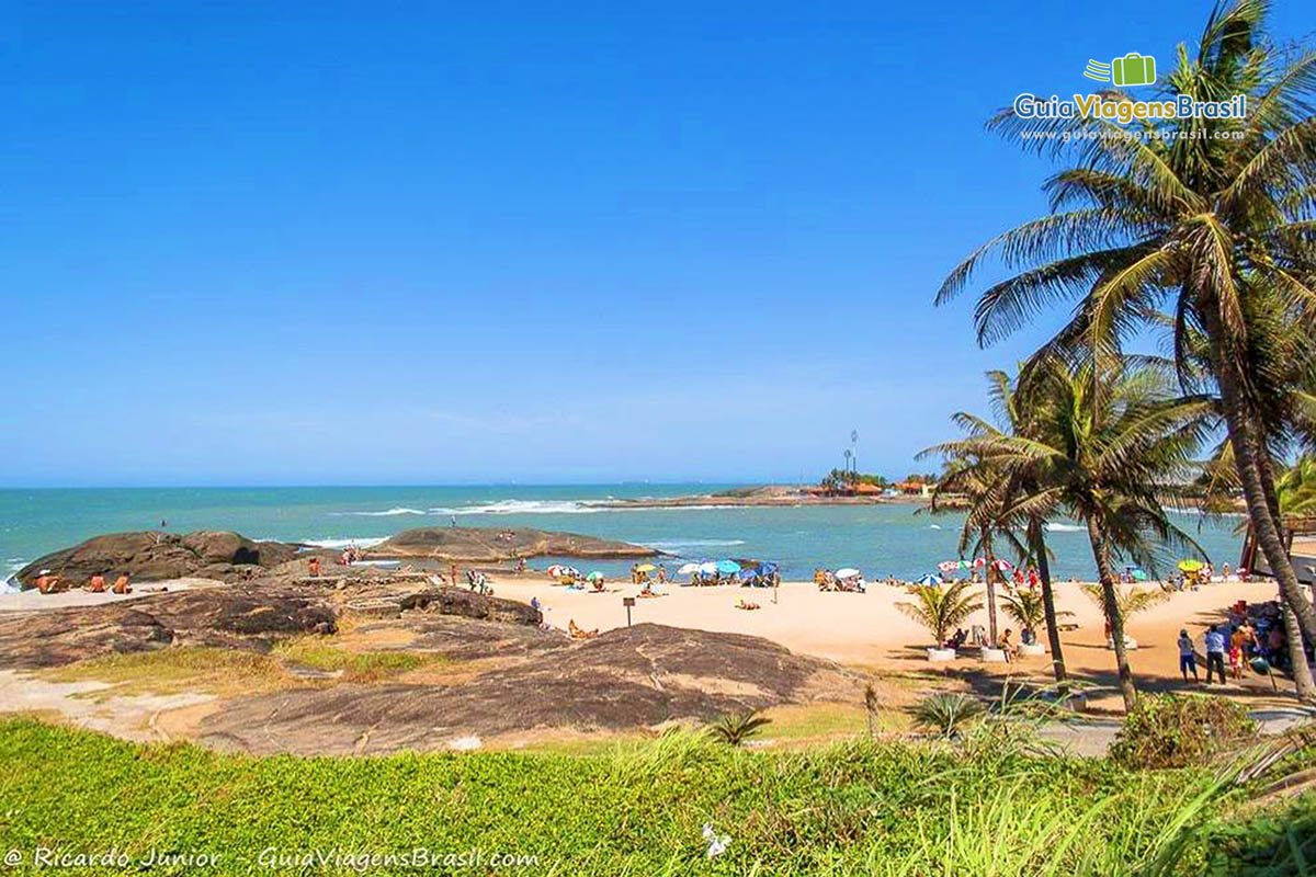 Foto orla da Praia dos Namorados, em Guarapari, ES.