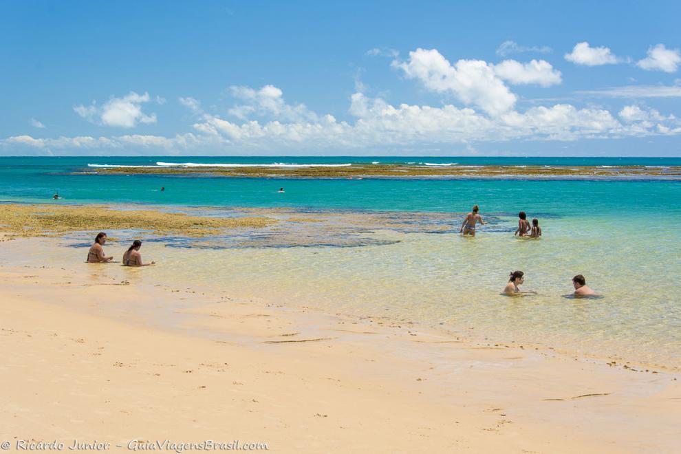 imagem-de-familias-aproveintado-o-mar-calmo-da-praia-de-taipu-de-fora-bahia-ba
