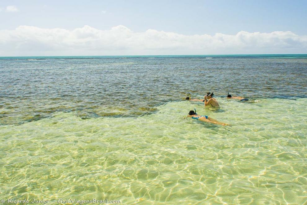 imagem-de-turistas-aproveitando-a-piscina-natural-de-morere-na-ilha-de-boipeba-bahia-ba