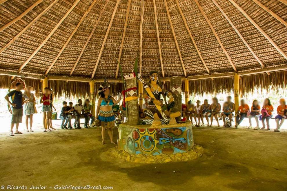 imagem-de-uma-escultura-na-aldeia-indigina-pataxo-porto-seguro-bahia-ba