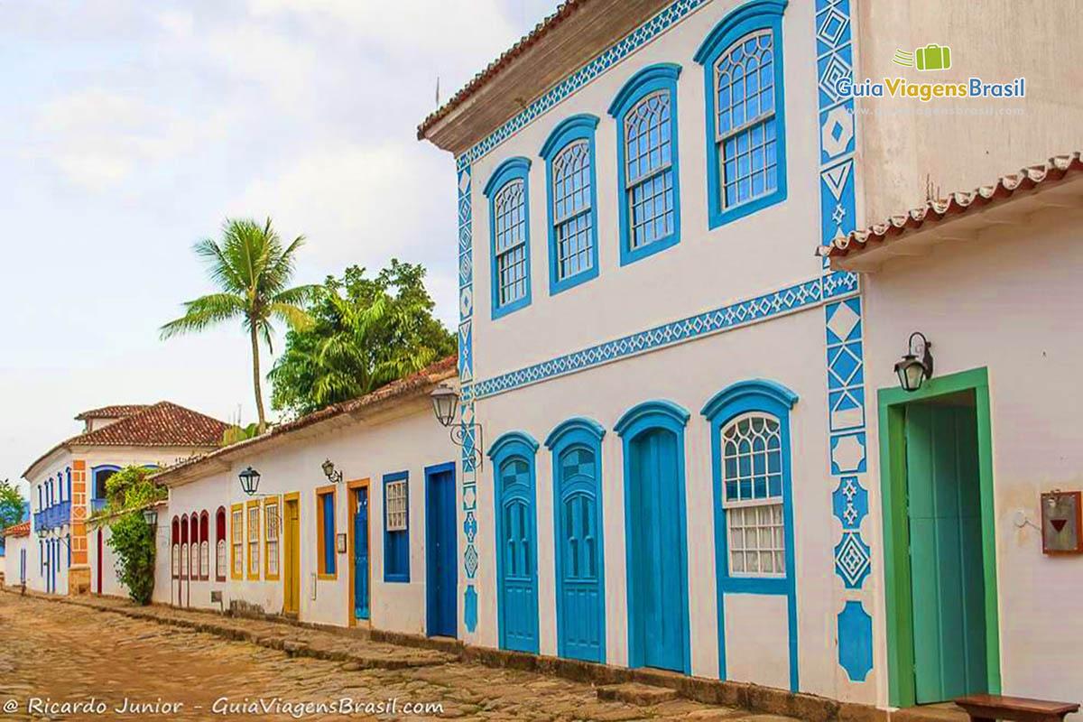 Foto casarões antigos no centro histórico de Paraty, RJ.