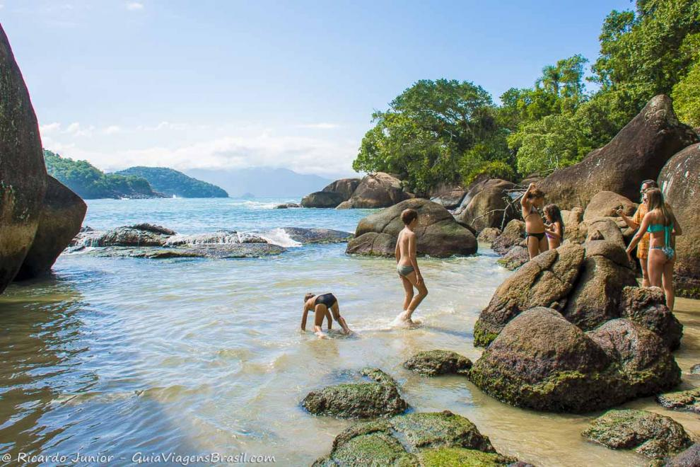 Imagem de crianças nas pedras da Praia do Félix-Ubatuba-Sao-Paulo