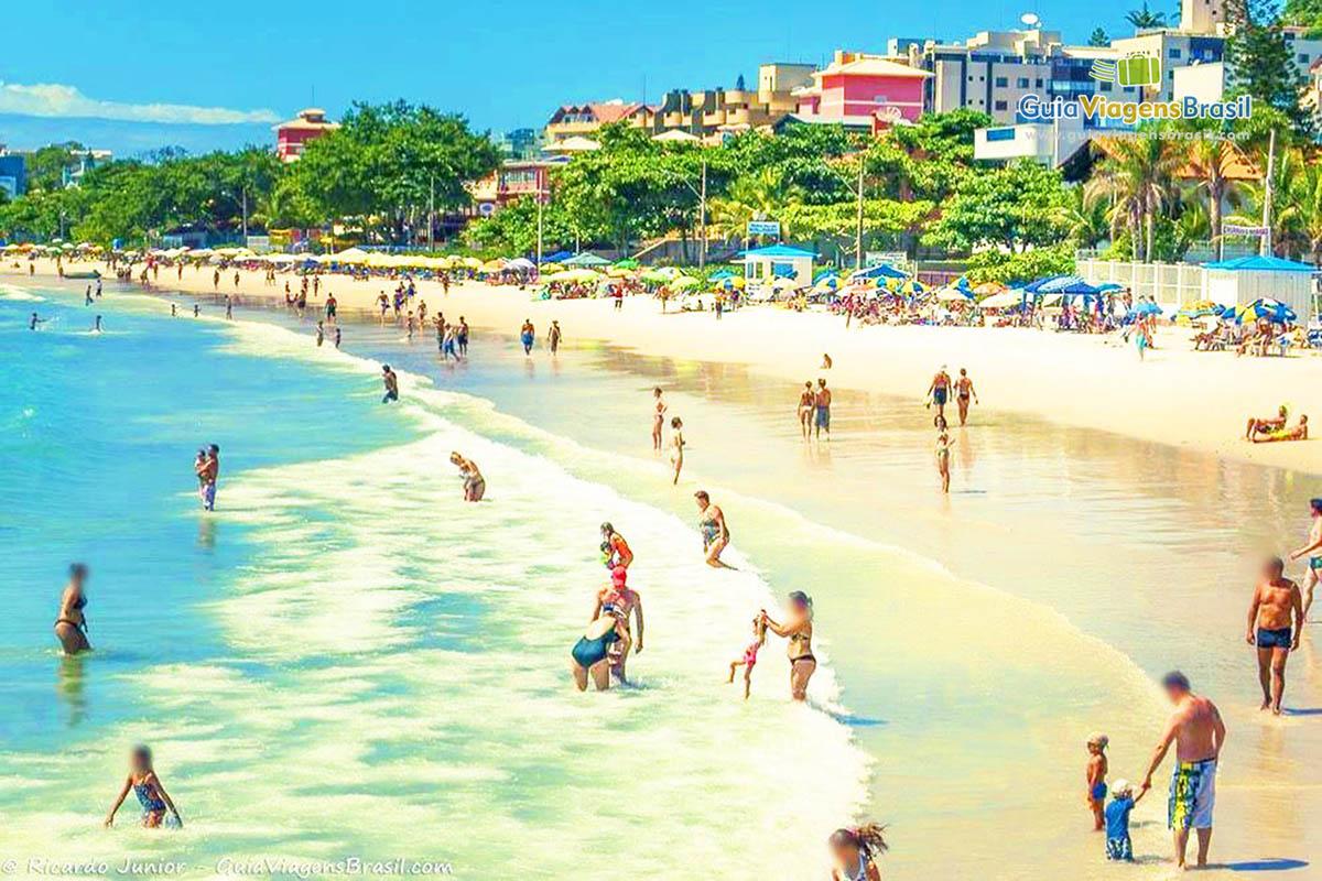 turistas-praia-bombinhas-sc