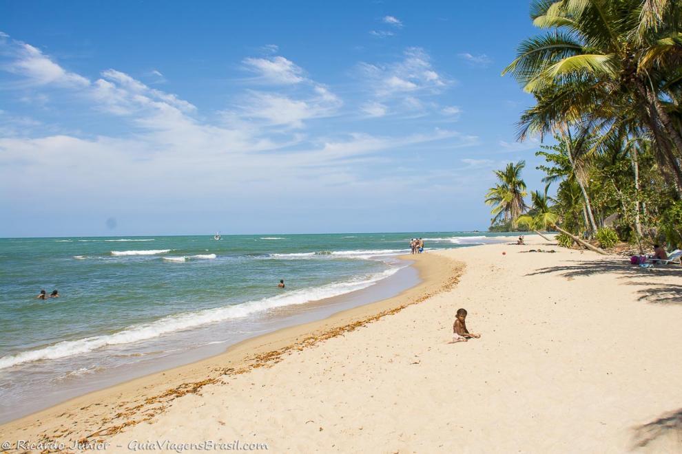 Imagem das areias brancas e mar calmo-Ilha de Boipeba-Bahia-BA