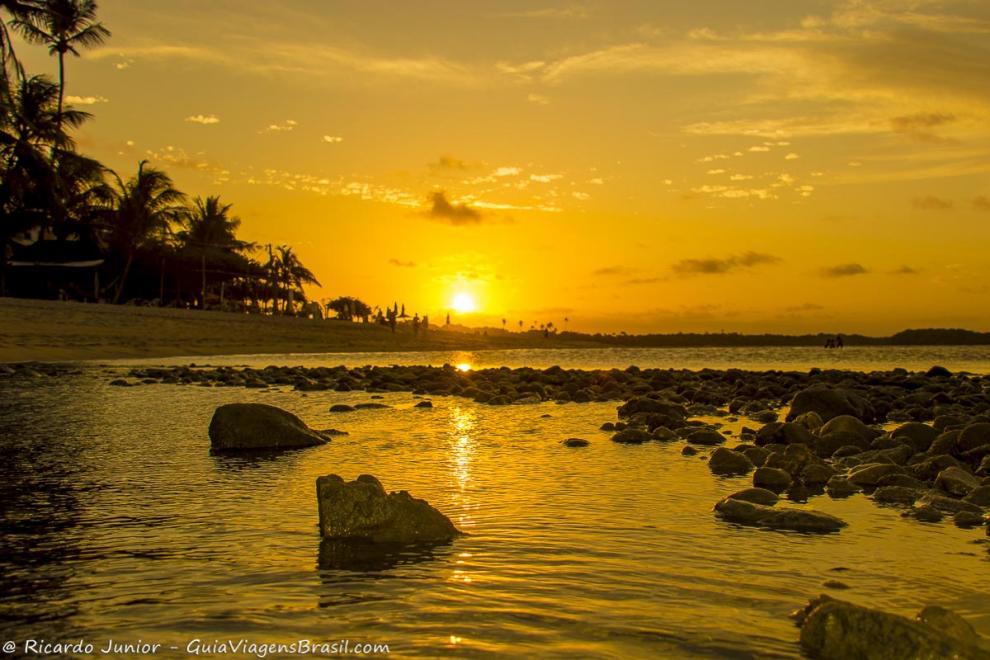 Imagem de pedras no beira do mar e o lindo entardecer-Ilha de Boipeba-Bahia-BA