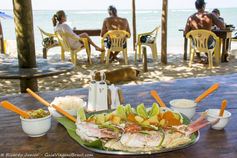 Imagem de um prato maravilhoso do quiosque, um belo peixe assado-Ilha de Boipeba-Bahia-BA