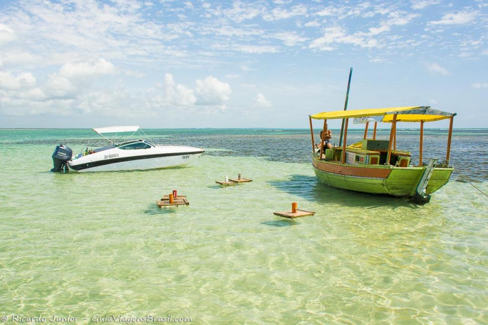Imagem de uma lancha e barco bar na piscina natural-Ilha de Boipeba-Bahia-BA