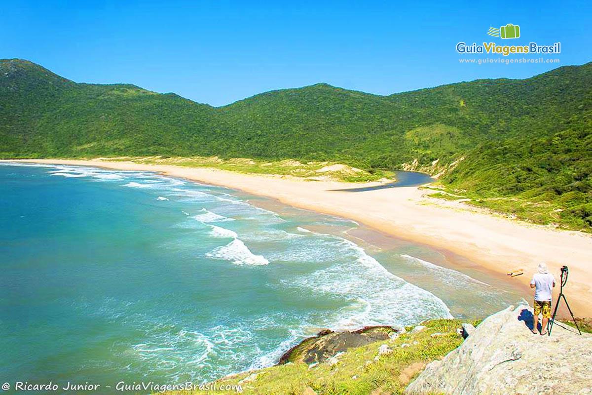 Foto orla da Praia de Lagoinha do Leste a partir do mirante em Florianópolis, SC.