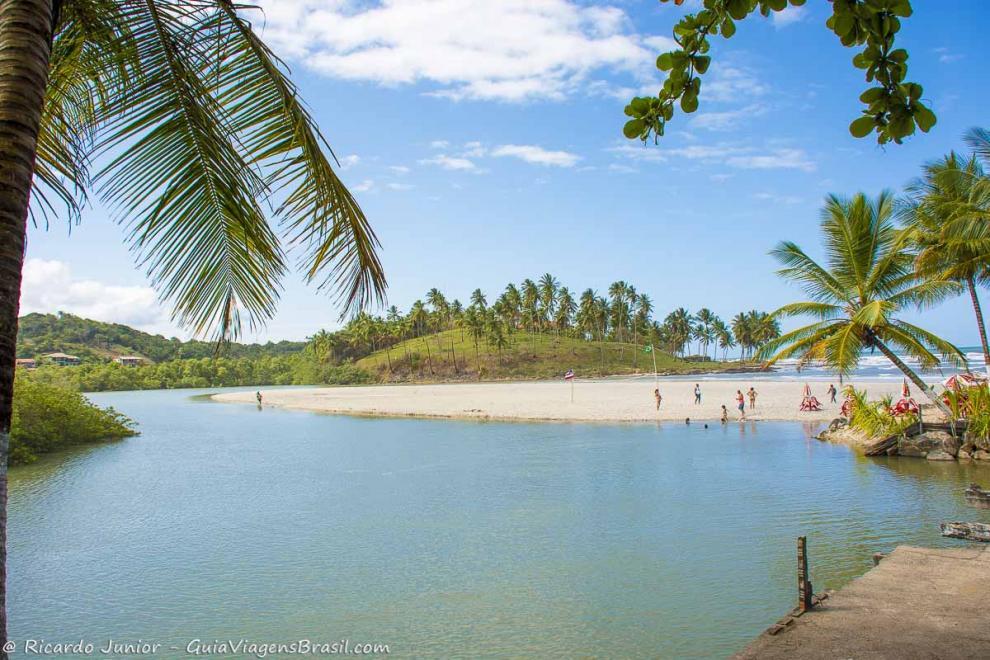 Imagem da grande piscina natural da Praia do Cururupe em Ihéus-Bahia-BA