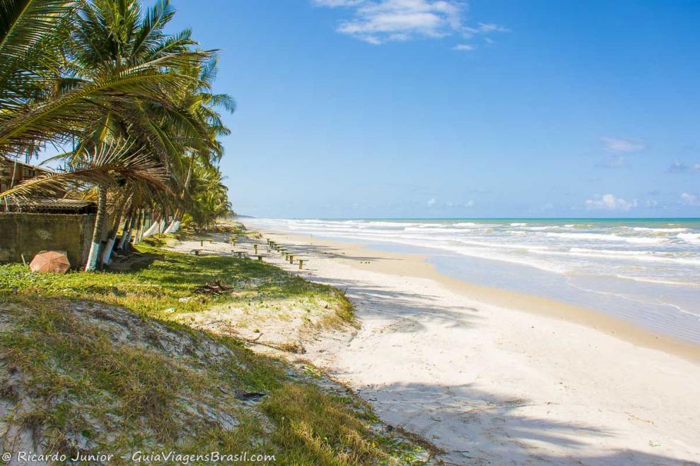 Imagem de areias brancas e mar azul como esmeralda da Praia de Cururupe em Ilhéus-Bahia-BA
