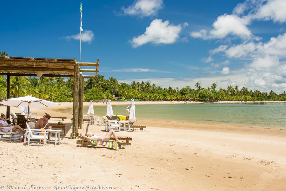 Foto quiosque pé na areia na Praia Ponta do Mutá, na Península de Maraú, BA.