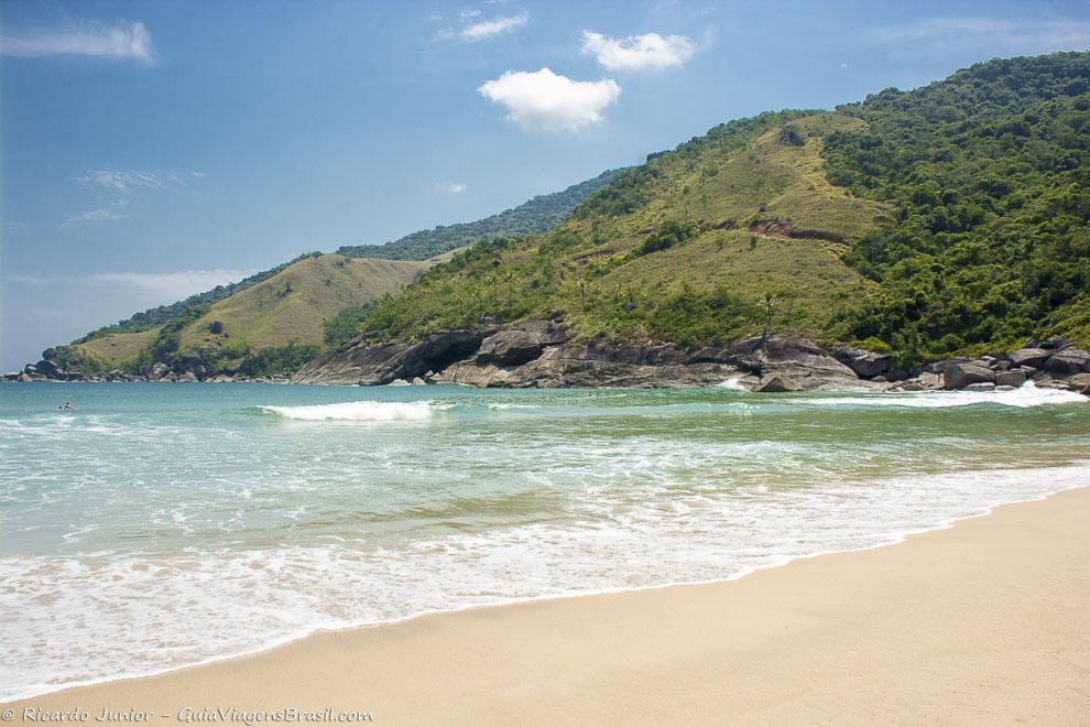 Foto orla tranquila Praia do Bonete, Ilhabela, SP.