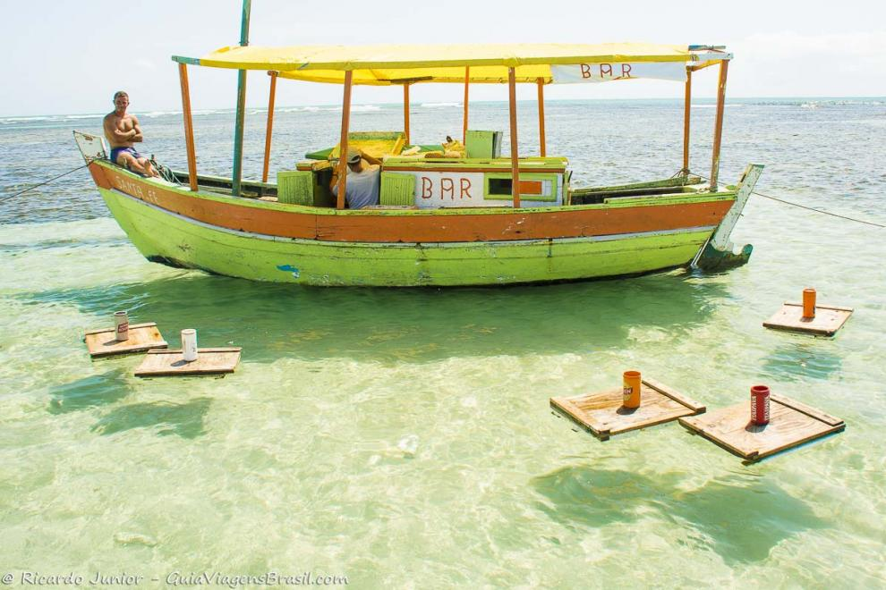 Foto Bar flutuante e suas mesinhas na deliciosa Piscina Natural de Moreré, na Ilha de Boipeba, BA.