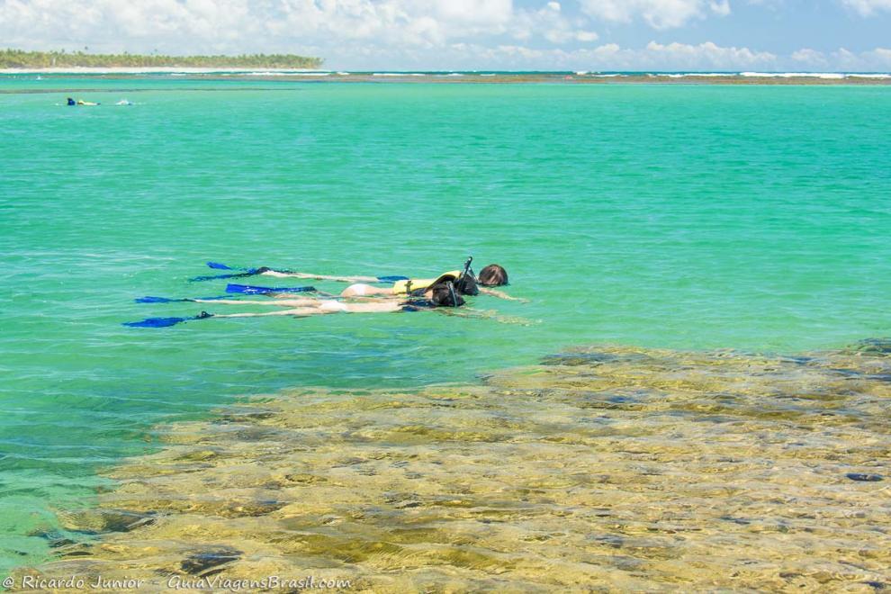Foto casal mergulhando com snorkel na Praia de Taipu de Fora, um lugar paradisíaco da Península de Maraú, BA.