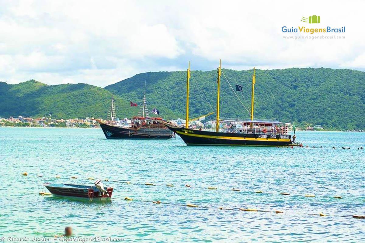 Foto barcos na Praia da Sepultura, Bombinhas, SC.