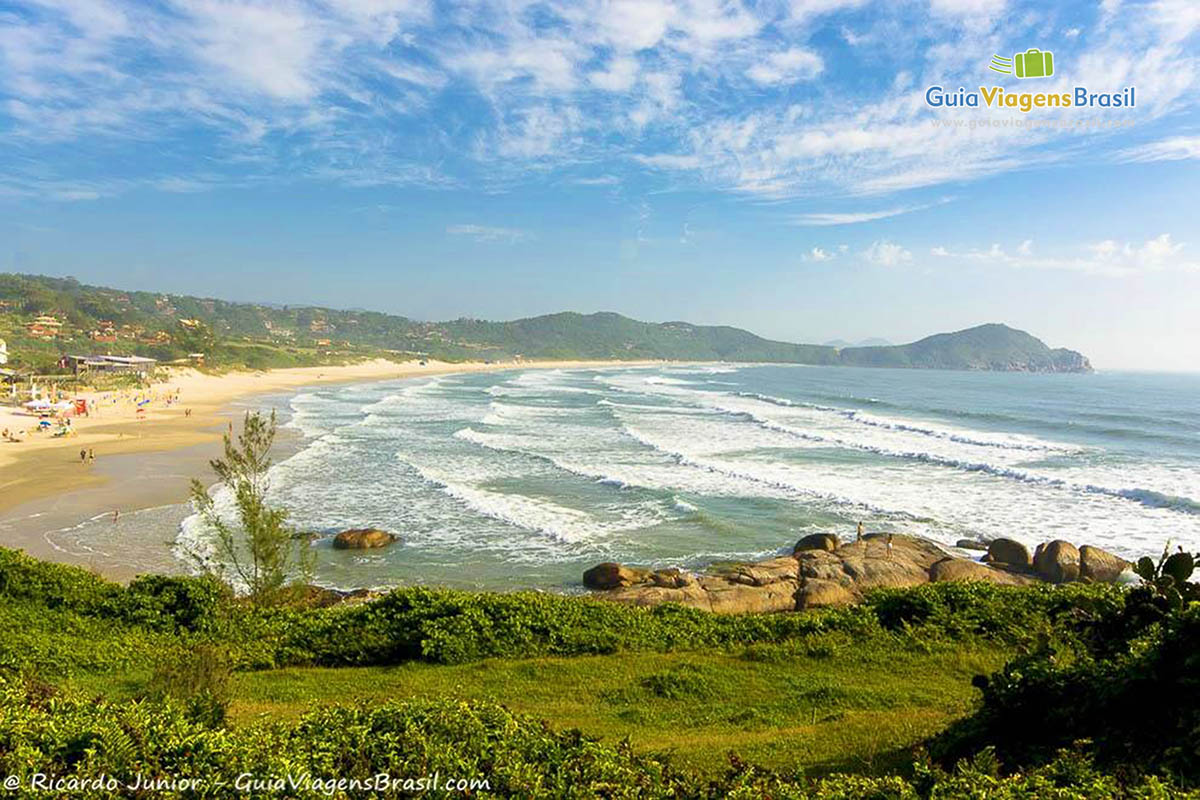 Imagem da Praia do Rosa vista do mirante, em Imbituba, SC.