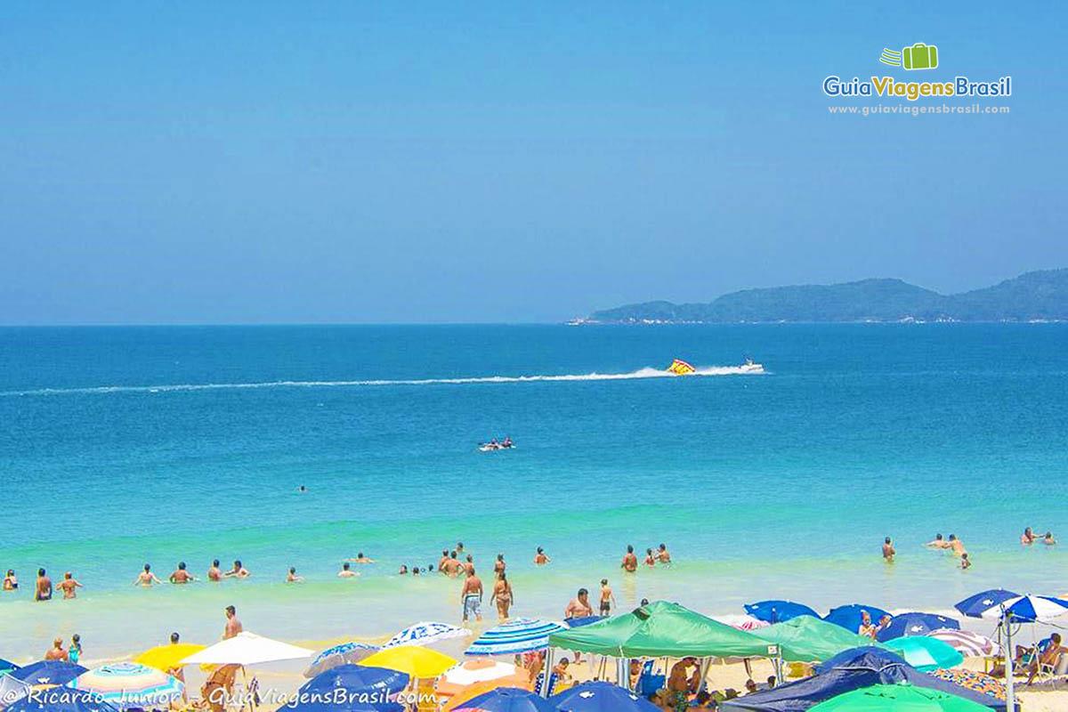 Foto mar azul da Praia Quatro Ilhas, em Bombinhas, SC.