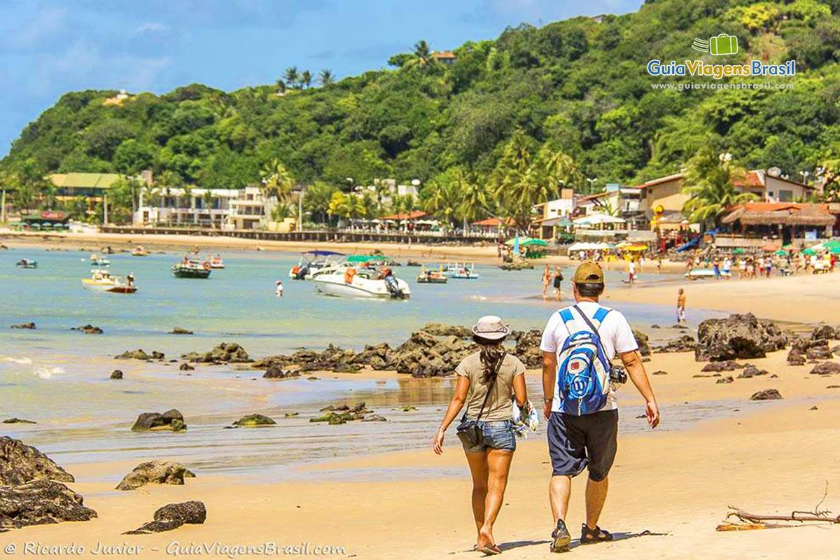 Foto de casal de turistas na Praia de Pipa, RN.