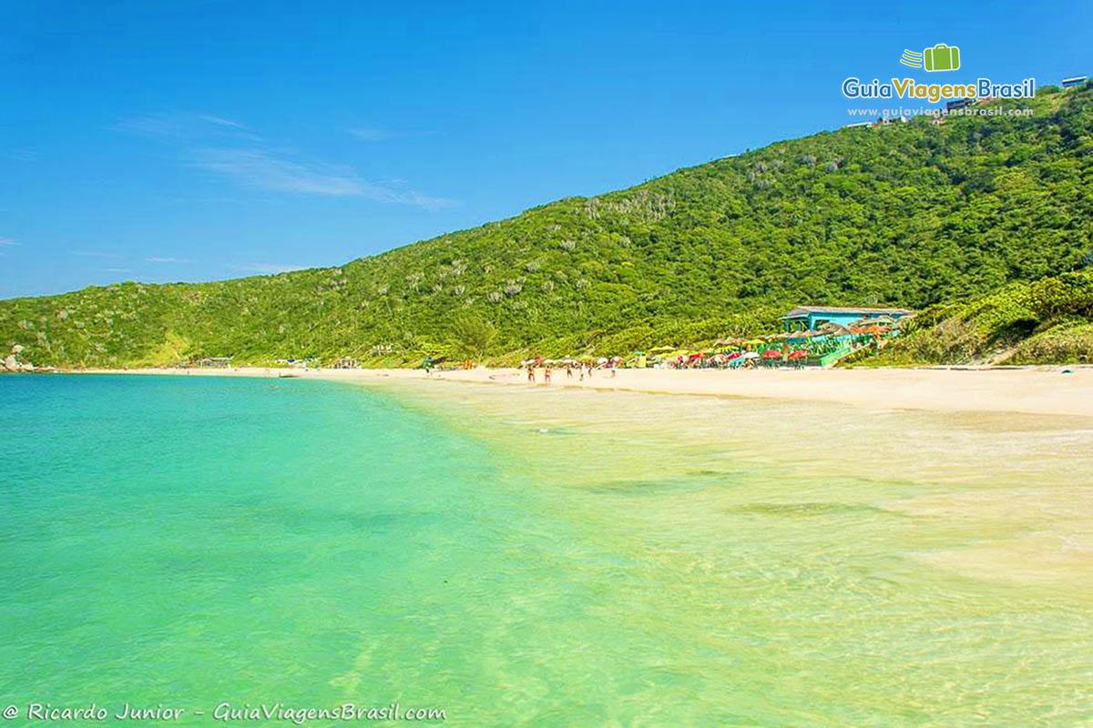 Vista lateral da Praia do Forno, em Arraial do Cabo, RJ.