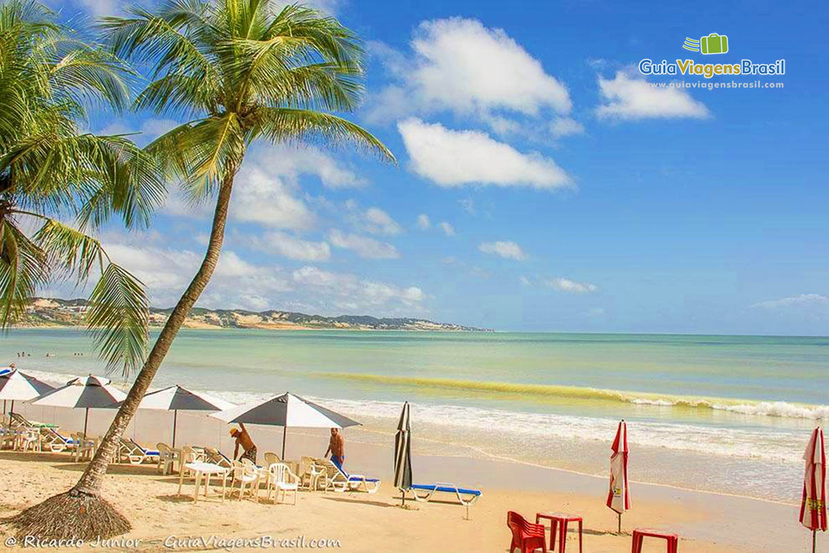 Foto bela Praia de Ponta Negra e seu mar azulado.
