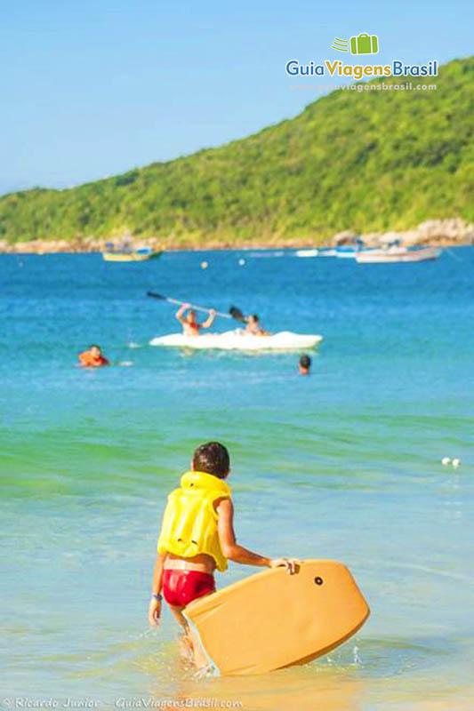 Foto criança no mar da Praia dos Ingleses, em Florianópolis