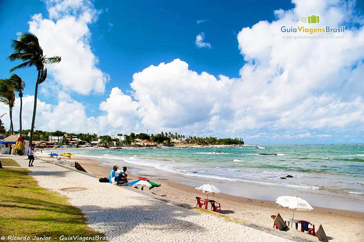 Foto da orla da Praia de Itapuã.