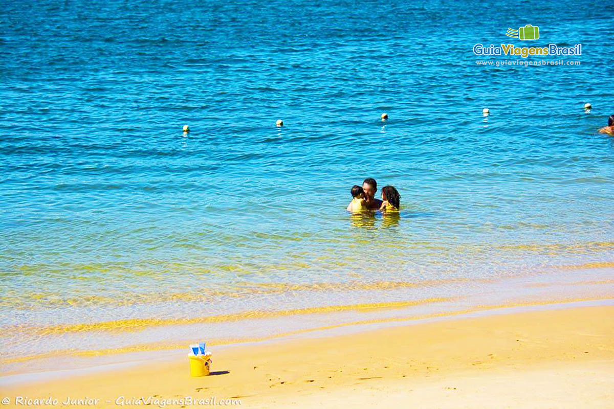 Foto família no mar da Praia do Gunga.