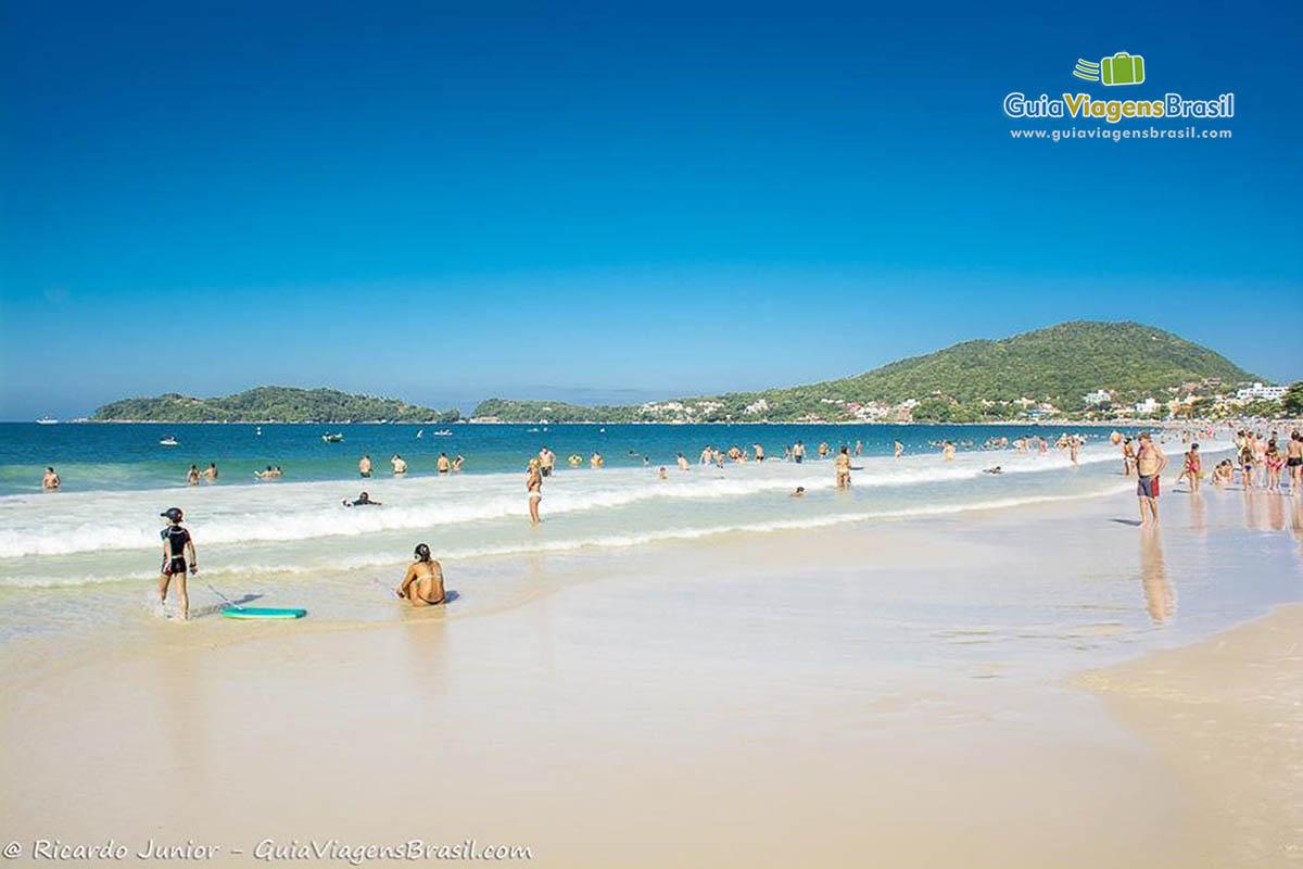 Foto orla da Praia de Bombinhas, SC.