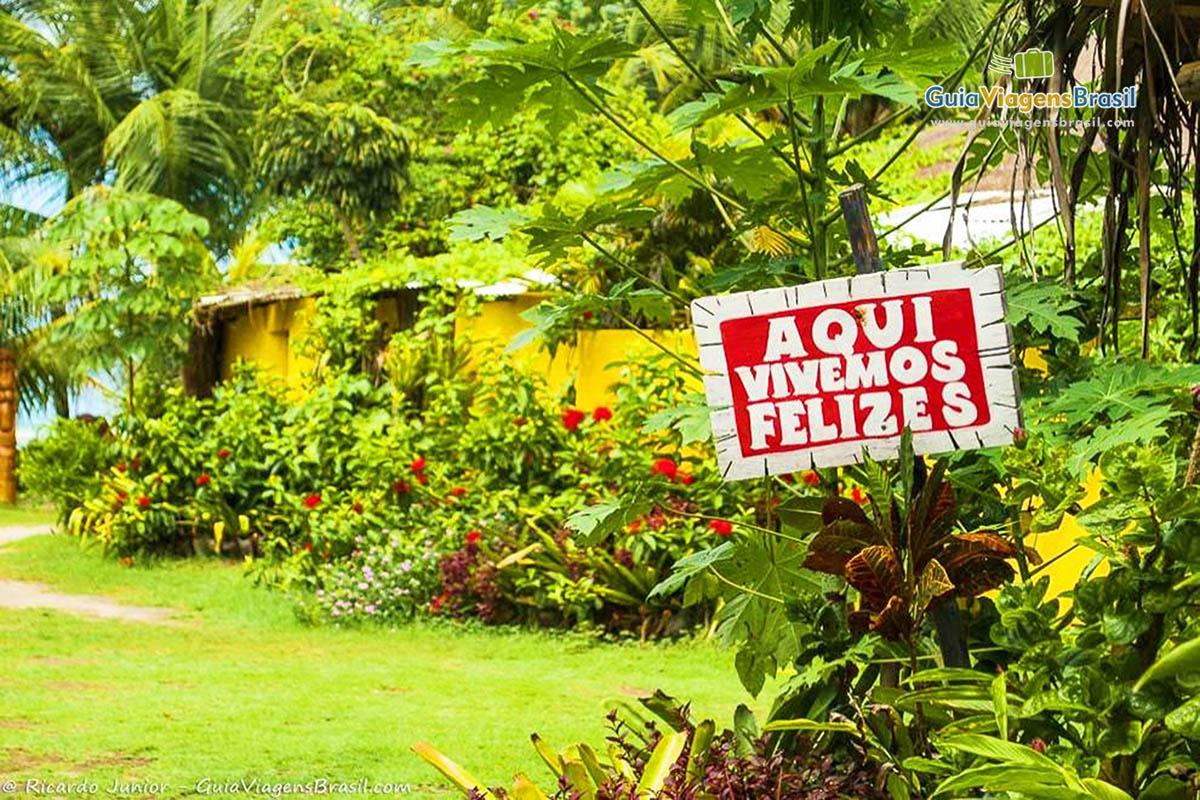 Foto placa Aqui Vivemos Felizes.