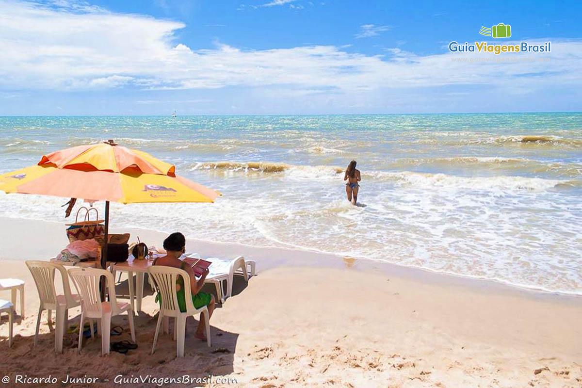 Foto turistas na Praia de Canoa Quebrada.