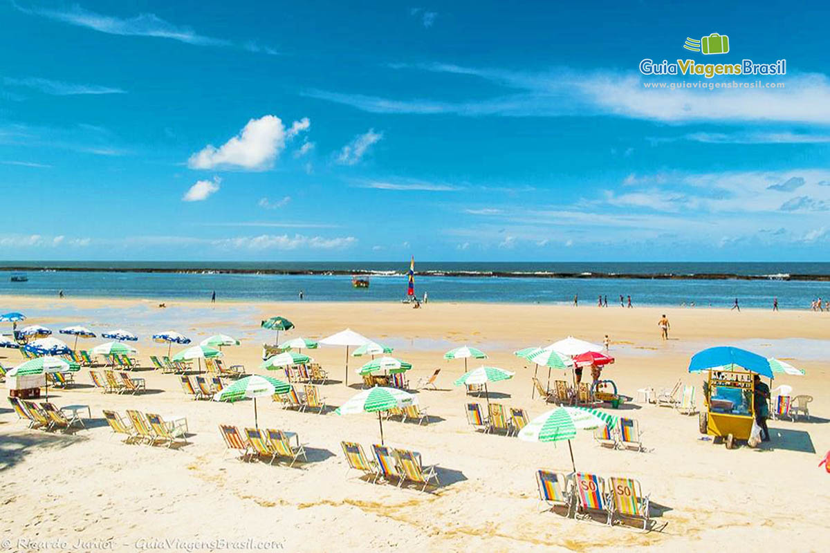 Foto guarda sóis na Praia do Francês.