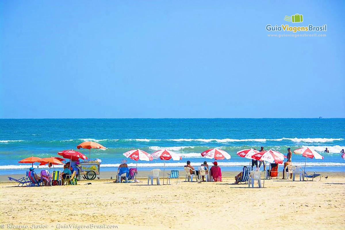 Foto turistas e o mar de Praia Grande.