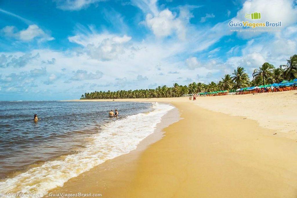 Foto da orla da Praia do Gunga.