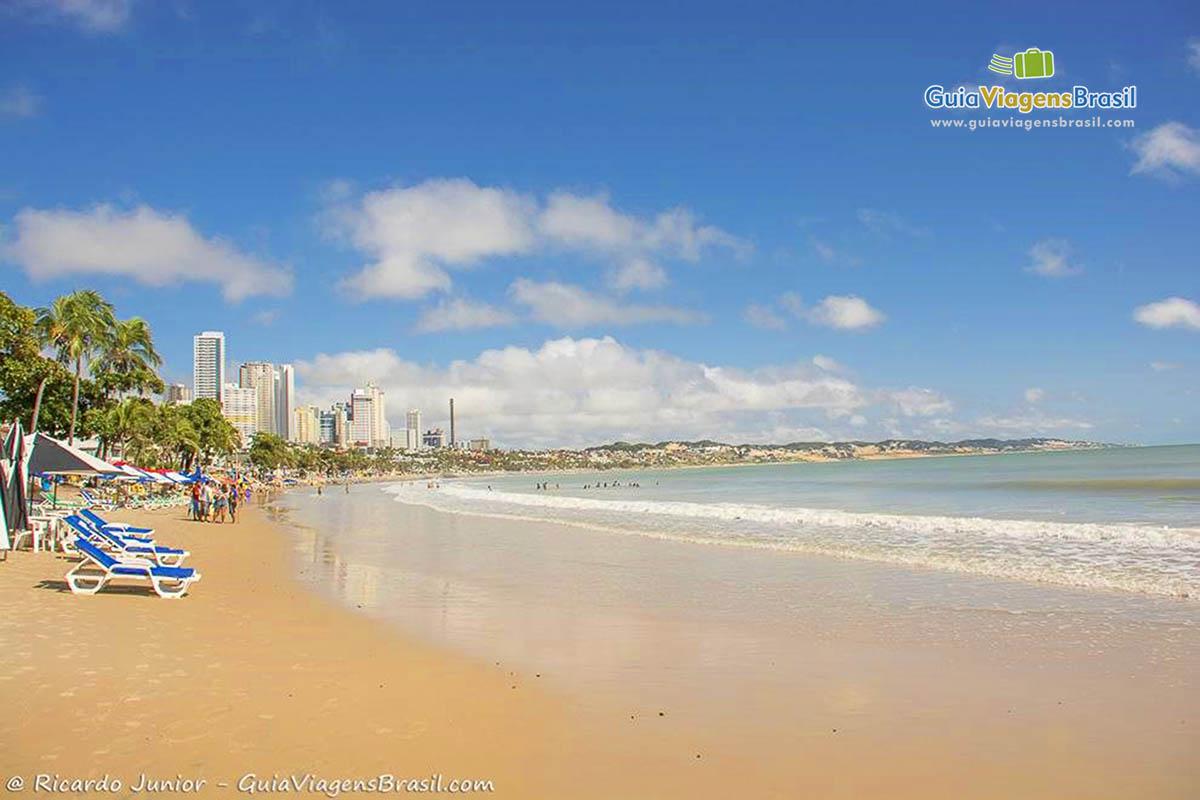 Foto da orla da Praia de Ponta Negra.