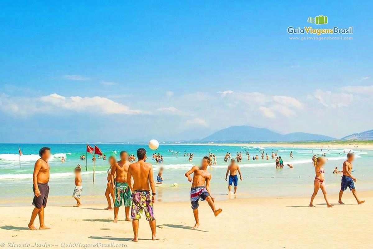 Foto jogadores de futevolei na Praia da Joaquina.