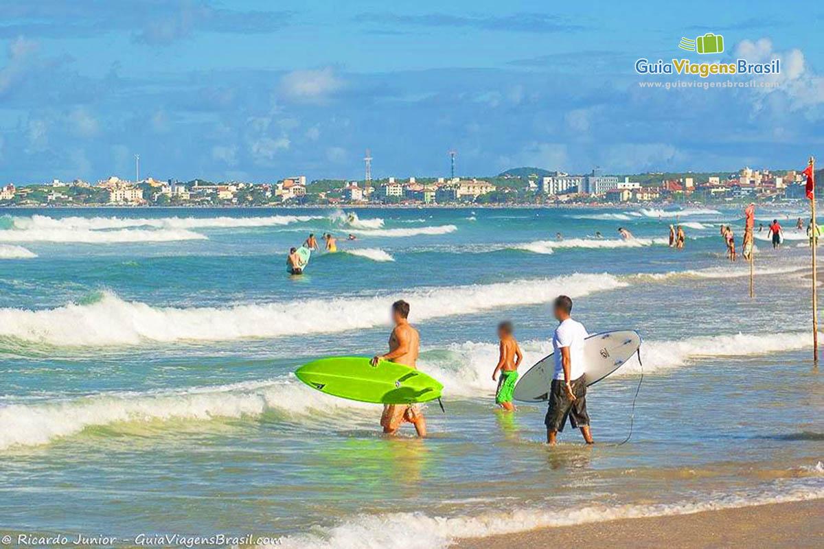 Foto surfistas na Praia dos Ingleses, Florianópolis.