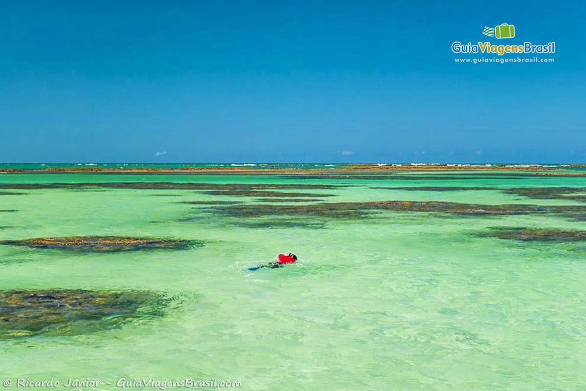 Foto de turista mergulhando nas Galés de Maragogi, AL.