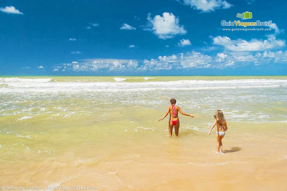 Mulher e menina mergulhando nas piscinas naturais da Praia de Boa Viagem