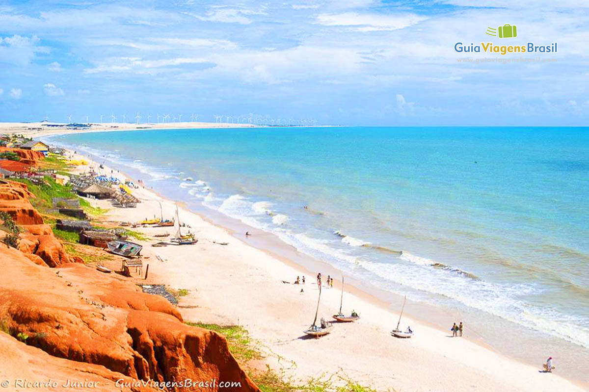 Foto da orla da Praia de Canoa Quebrada.