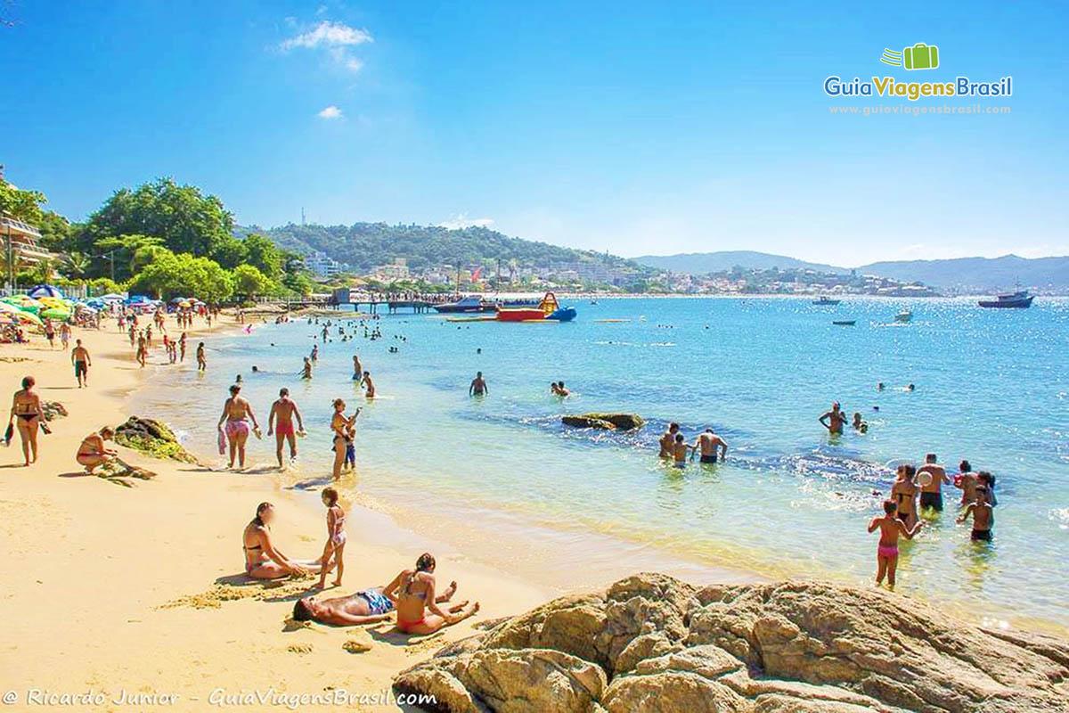 Foto orla da Praia da Lagoinha, em Bombinhas.
