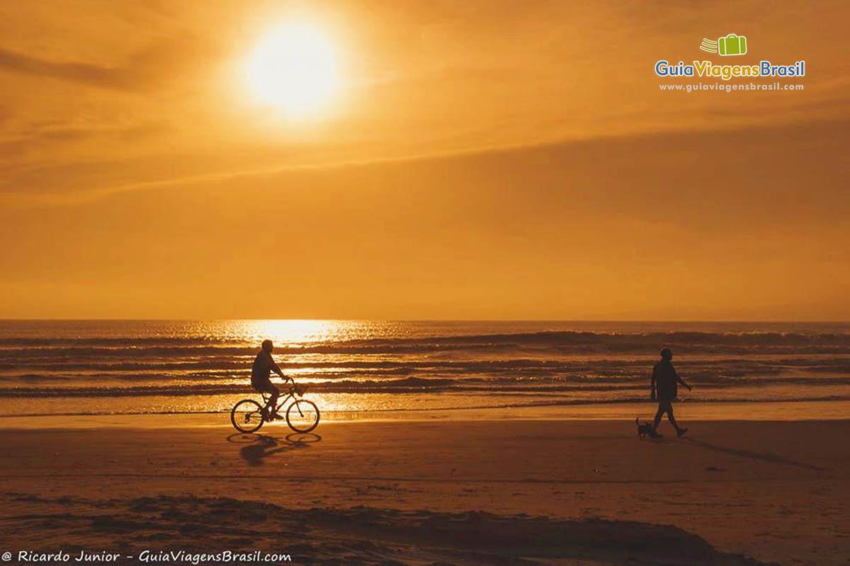 Foto pôr do Sol na Meia Praia, SC.