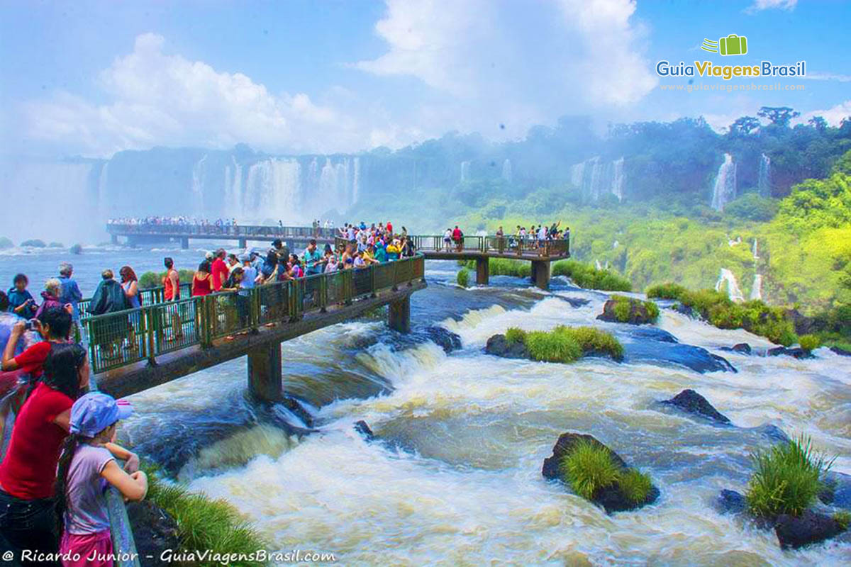 Foto turistas nas Cataratas do Iguaçu, Foz do Iguaçu, PR.