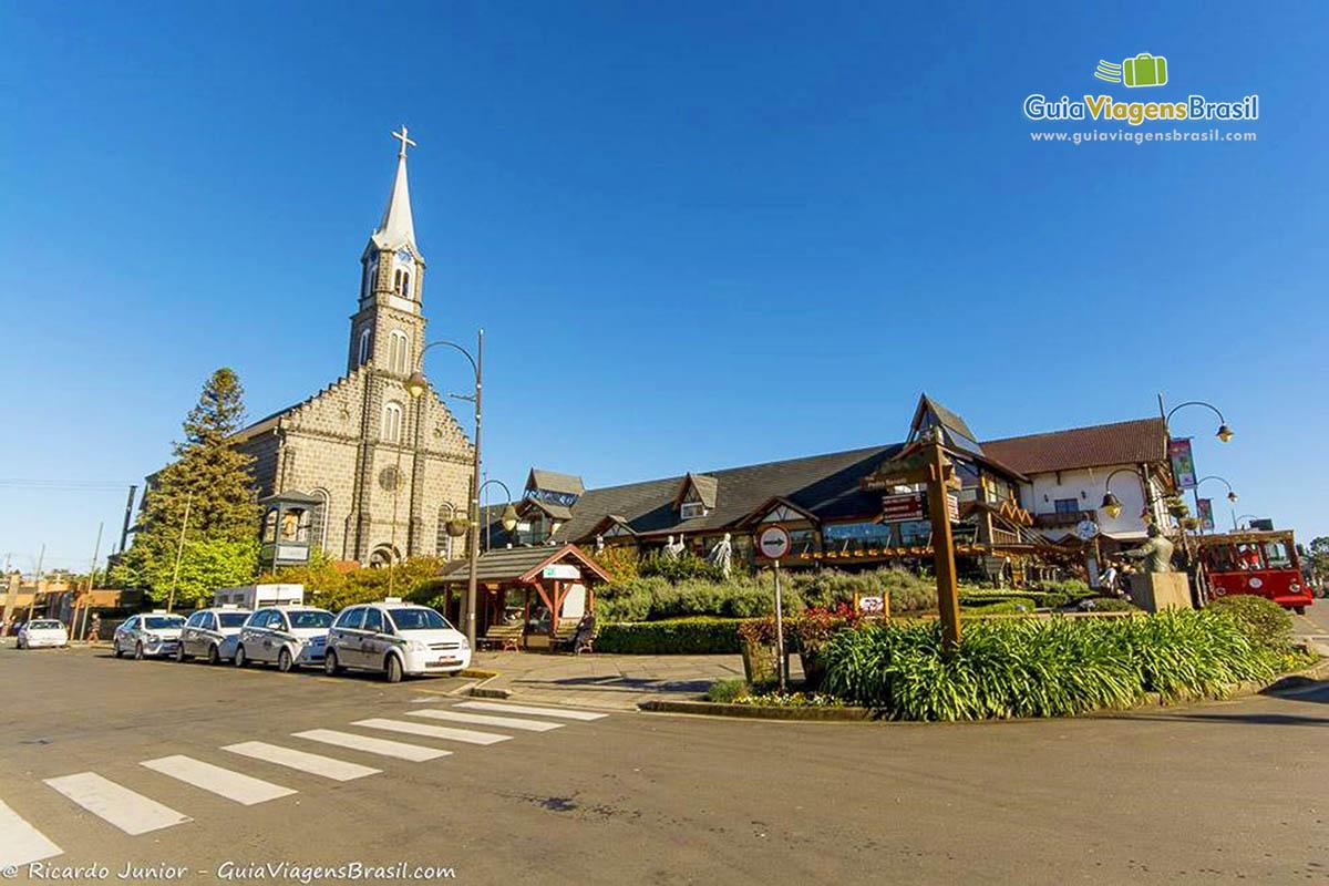 Foto centro de Gramado e Igreja São Pedro, RS.
