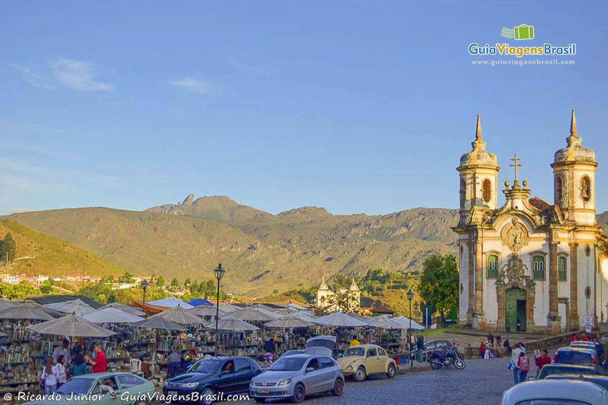 Foto Igreja de São Francisco de Assis e Feira de Artesanato em Ouro Preto, MG.