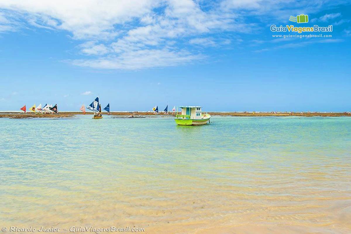 Foto mar azul da Praia de Porto de Galinhas, PE.