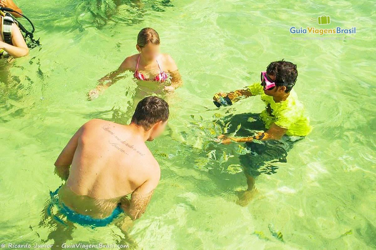 Foto pessoas mergulhando nas piscinas naturais de Paripueira, AL.