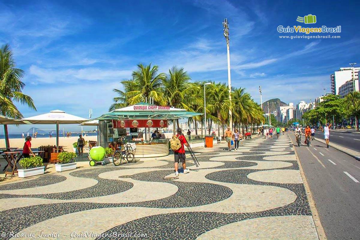 Foto calçadão na orla da Praia de Copacabana, RJ.