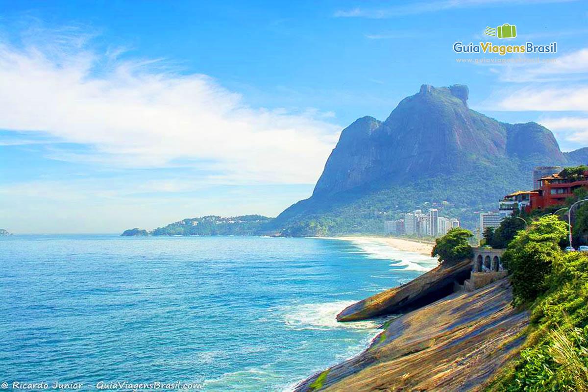Foto bela orla da Praia de São Conrado, Rio de Janeiro, RJ.